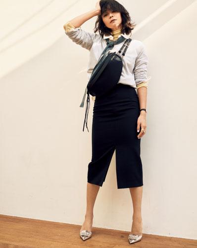 【4】白シャツ×イエローニット×黒スカート