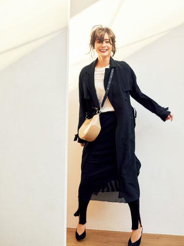 【1】黒コート×白Tシャツ×レギンス×黒スカート