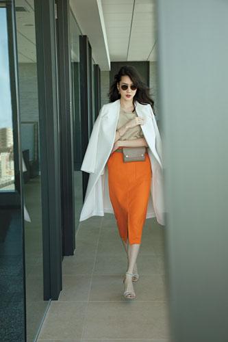 【3】白コート×ベージュTシャツ×オレンジタイトスカート