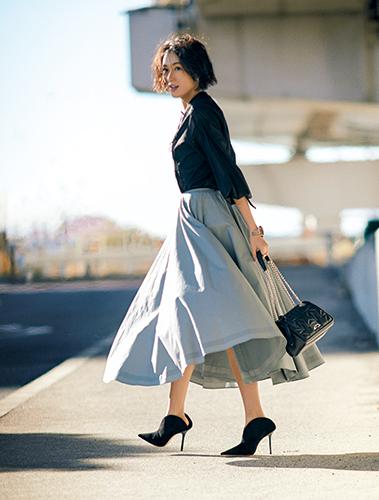【8】黒ブラウス×グレーフレアスカート