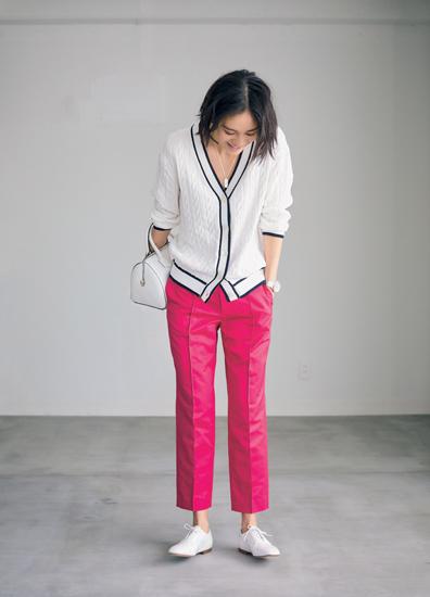 【1】ピンクパンツ×白カーディガン