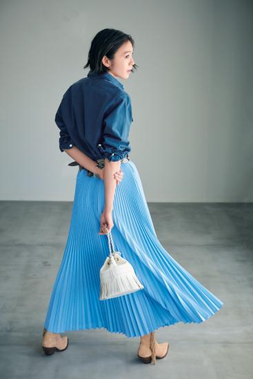 【6】デニムシャツ×ブループリーツロングスカート