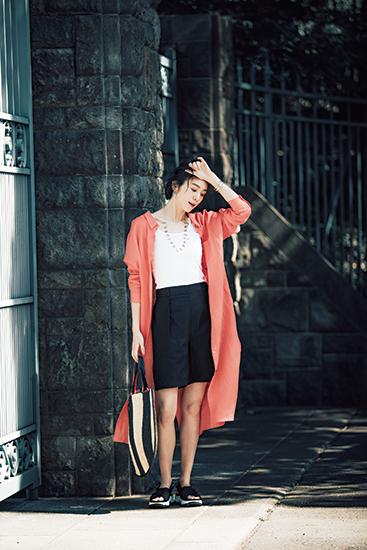 【3】白タンクトップ×黒ショートパンツ×オレンジロングシャツワンピース