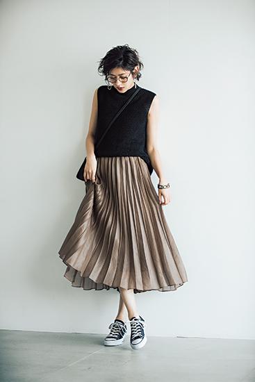 【6】黒ニット×ベージュスカート