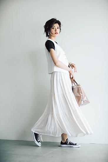 【9】黒Tシャツ×白ジレ×白プリーツスカート