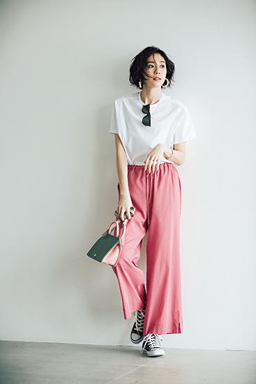 【3】ピンクワイドパンツ×白ブラウス