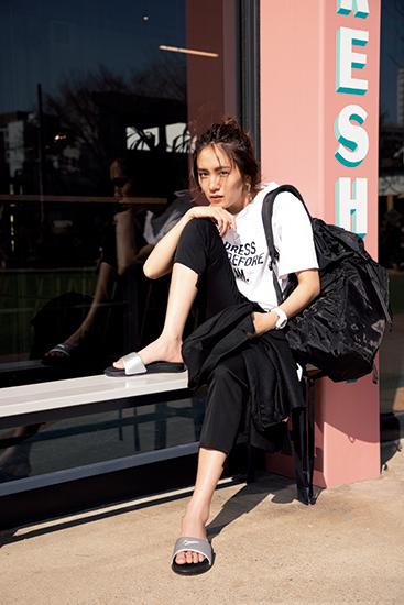 【10】黒パンツ×白Tシャツ×黒ジャケット