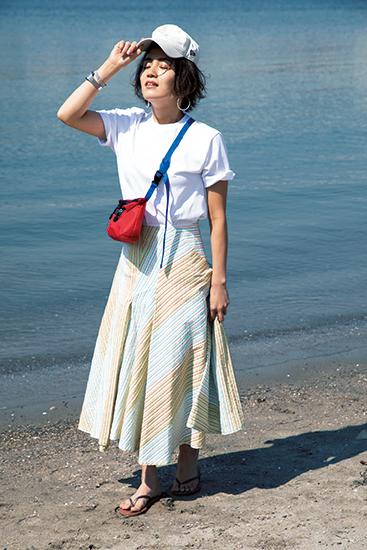 【2】白Tシャツ×ストライプスカート×白キャップ