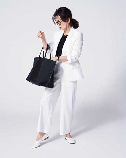 【6】白ジャケット×黒ニット×白パンツ