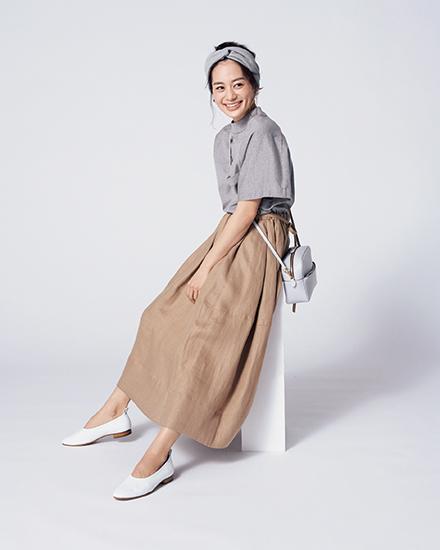 【6】グレーシャツ×ベージュスカート