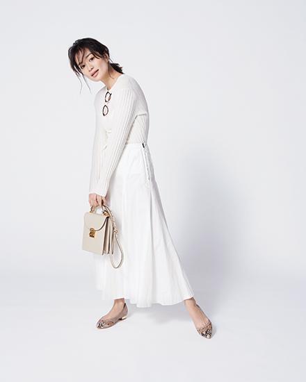 【2】白ニット×白フレアスカート
