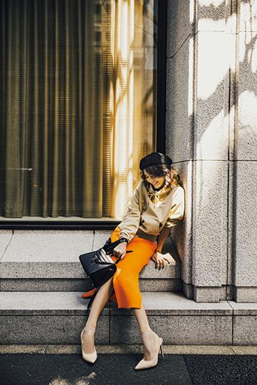 【1】ベージュフーディ×オレンジスカート×黒ベレー帽