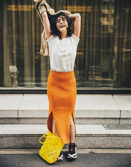 【4】ベージュパーカ×白Tシャツ×オレンジニットタイトスカート