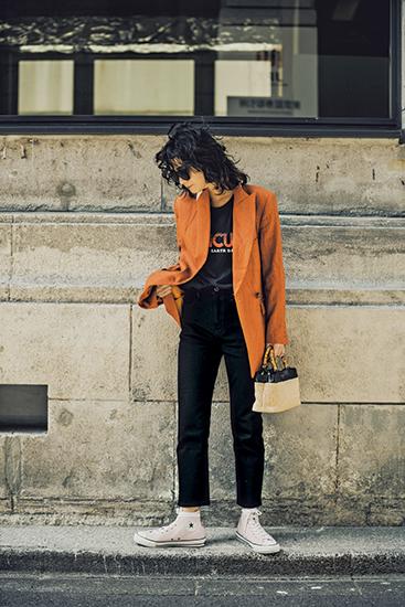 【4】ブラウンジャケット×黒Tシャツ×黒パンツ