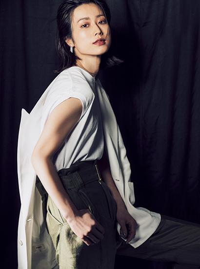 【5】ベージュジャケット×白Tシャツ×ベージュパンツ