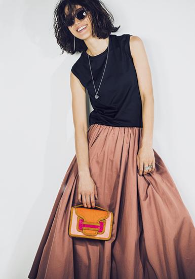 【4】黒Tシャツ×ピンクスカート