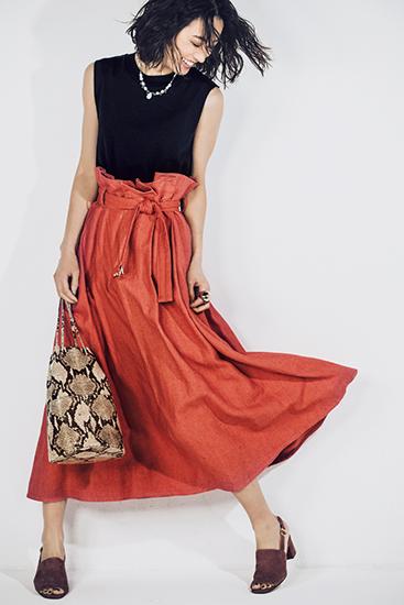 【8】黒Tシャツ×ロングフレアスカート