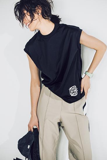【7】ベージュパンツ×黒Tシャツ