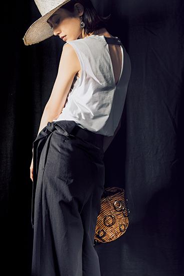 【4】白Tシャツ×黒パンツ×白麦わら帽子