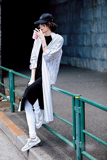 【1】ストライプ柄ロングシャツ×黒ワンピース×黒キャップ