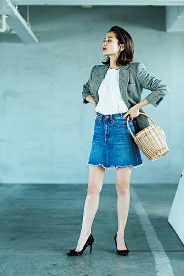 【1】グレージャケット×白Tシャツ×デニムタイトスカート