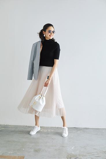 【5】グレージャケット×白スカート×黒タートルネック