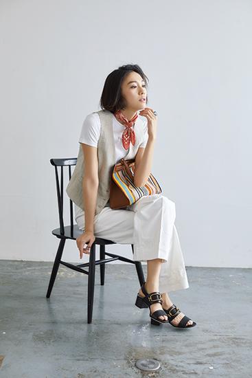 【9】白カットソー×ベスト×白パンツ