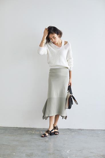 【2】白タンクトップ×白ニット×グレーロングスカート
