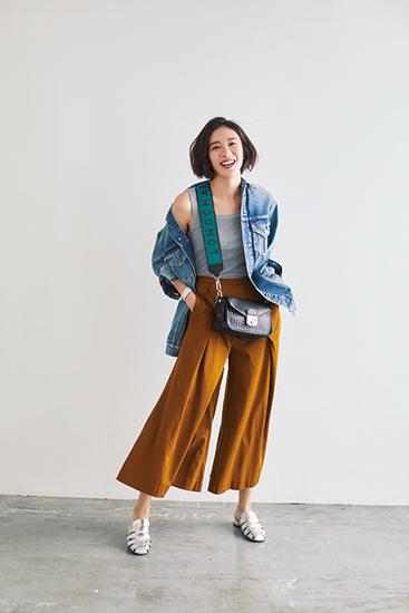 【1】デニムジャケット×グレータンクトップ×キャメル色パンツ