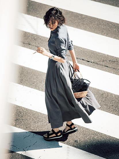 【3】グレーシャツ×グレーロングスカート