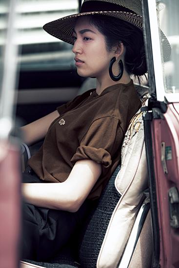 【1】茶色ポロシャツ×黒パンツ