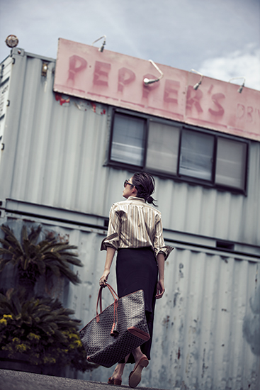 【4】ストライプシャツ×黒ロングスカート