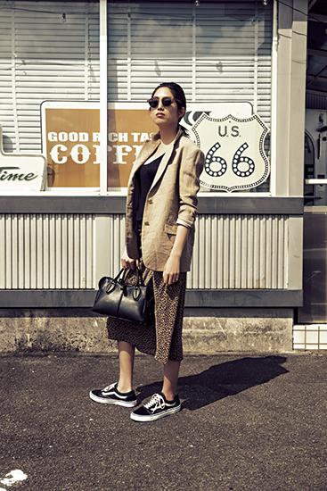 【4】ベージュジャケット×黒タンクトップ×レオパード柄スカート