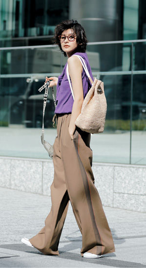 【10】紫アンサンブルニット×カーキワイドパンツ×ザ ノースフェイスのワンショルダーバッグ