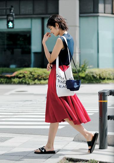 【4】ネイビータンクトップ×赤フレアスカート×サンディニスタのトートバッグ