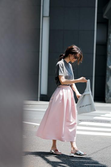 【9】グレーシャツ×ピンクロングフレアスカート