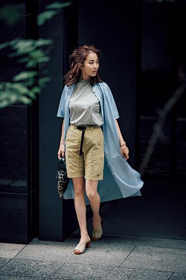 【2】Tシャツ×ベージュショートパンツ×ストライプ柄ロングシャツワンピース