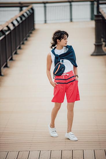 【1】白Tシャツ×赤ショートパンツ×黒ボディバッグ