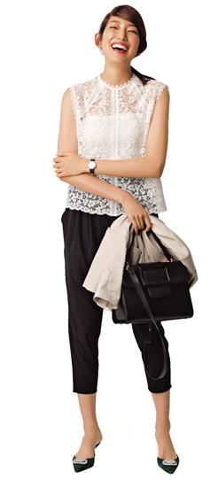 【9】ベージュジャケット×白ブラウス×黒パンツ
