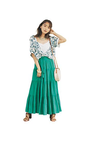 【4】白キャミソール×柄シャツ×グリーンスカート