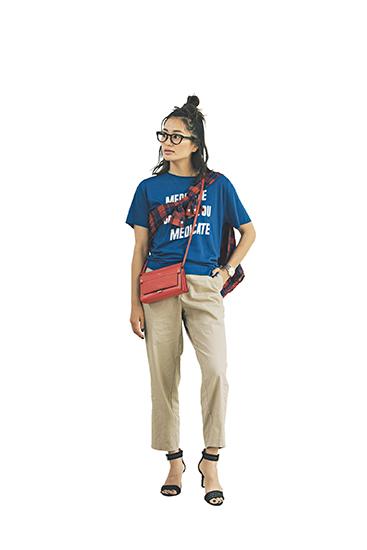 【8】ブルーTシャツ×ベージュパンツ×赤ショルダーバッグ