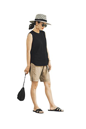 【10】黒タンクトップ×ベージュパンツ×黒帽子