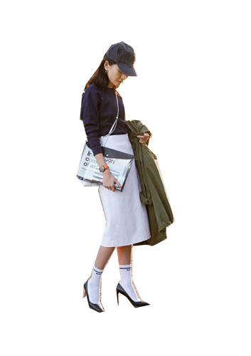 カーキコート×ネイビーシャツ×白スカート×黒キャップ