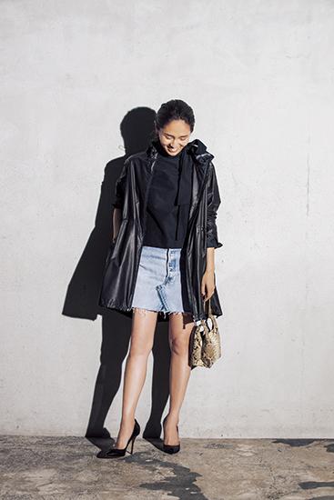 【1】黒フーデッドコート×黒リボンタイ付きブラウス×デニムミニスカート