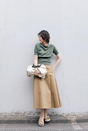 【1】グリーンニット×フレアベージュスカート
