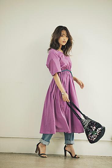 紫ワンピース×デニムパンツ