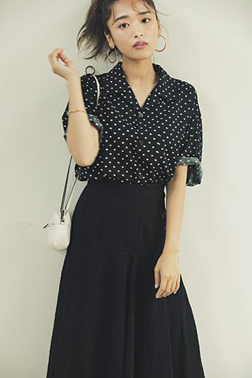 【1】水玉の半袖ドレスシャツ×黒スカート