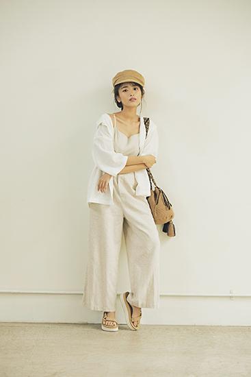 【5】白シャツ×ベージュサロペット