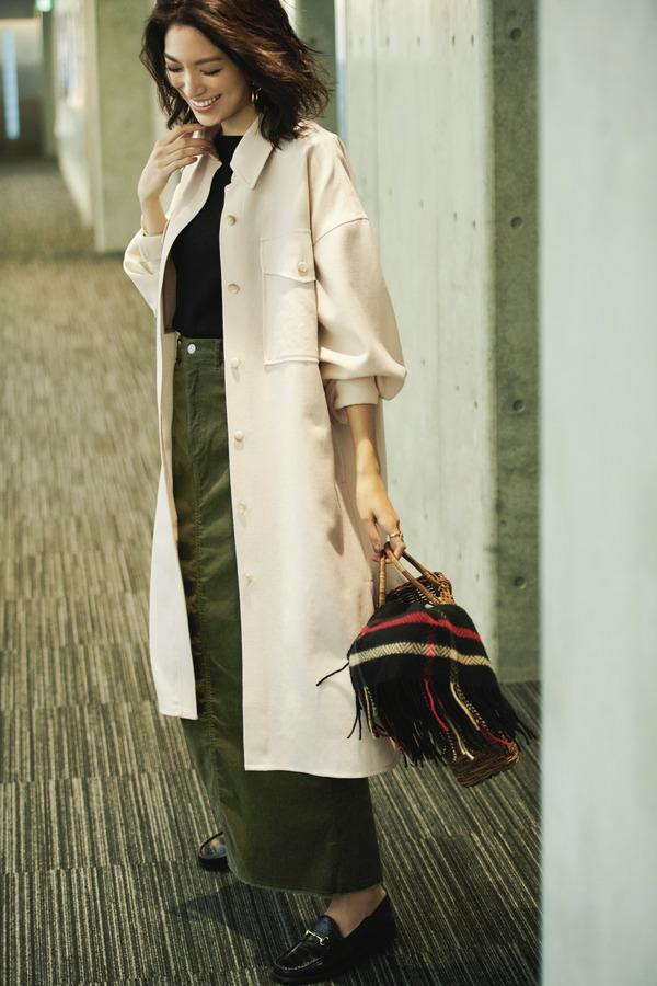 白ロングシャツジャケット×黒ニット×カーキロングスカート