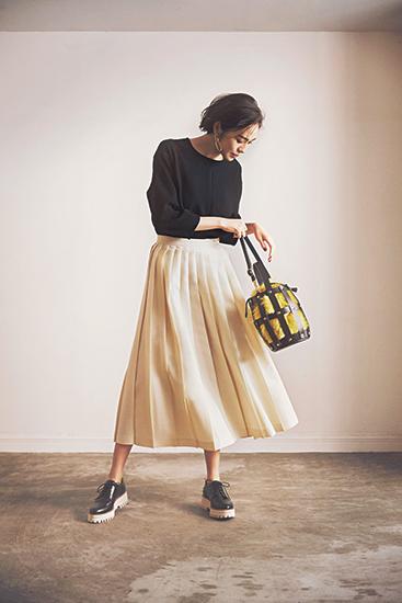 【5】黒ブラウス×白プリーツスカート